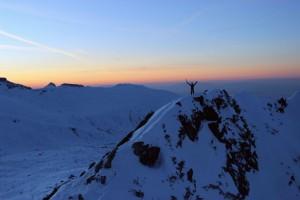 Ant kalnų leidžiasi sutemos, o kelio dar nemažai likę