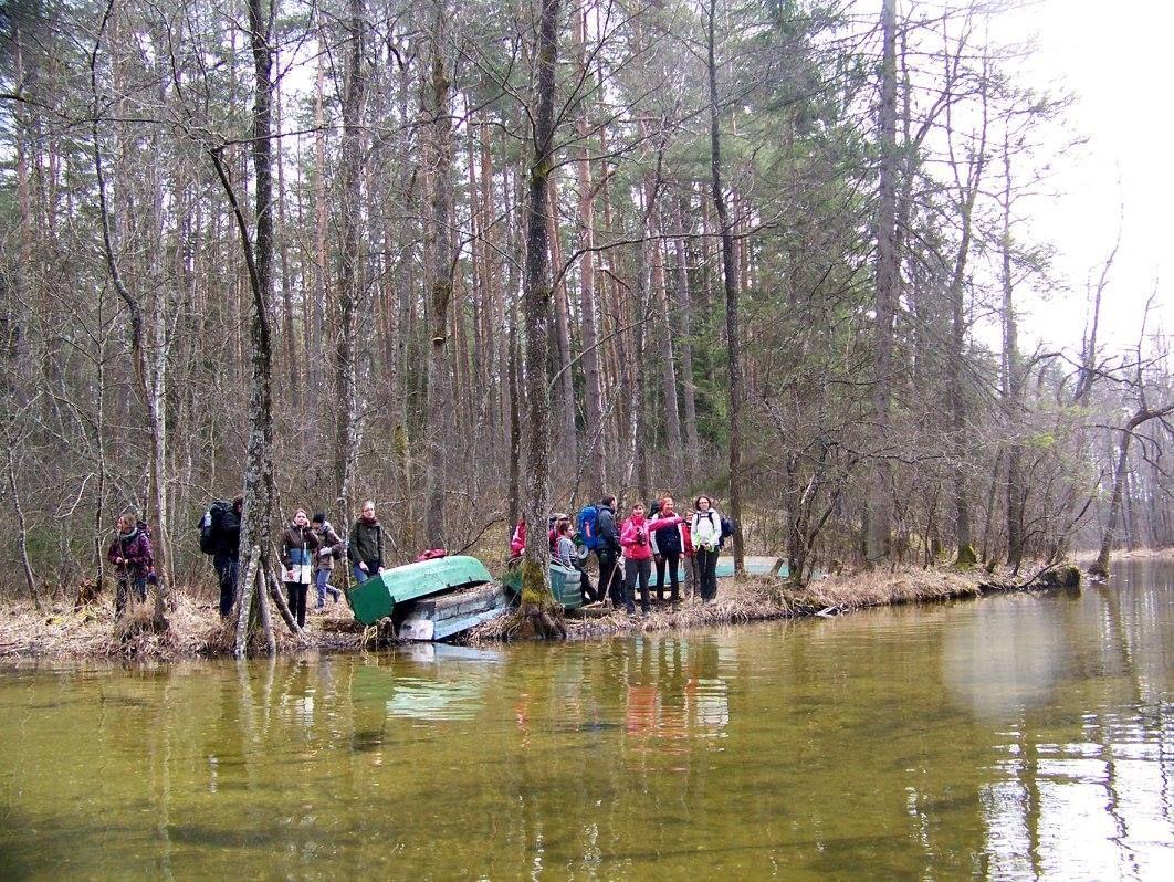 Gal ir būtume radę dar už kelių kilometrų, bet nusprendėme, kad šiandien baklažanai kerta viską: kampus, pelkes, gravitacijos dėsnius ir upes...
