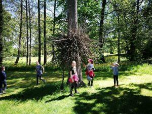 Nesuprantamą kūrinį ant medžio apžiūrėjome iš visų pusių
