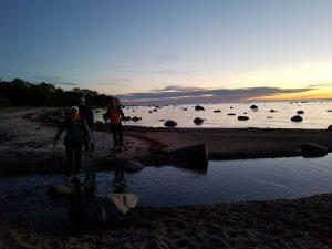Vakaruose dar iki galo neišsisklaidžius saulėlydžio atspalviams, šiaurėje jau pasirodė pirmosios bundančios naujos dienos pašvaistės
