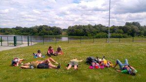 Laukdami, kol įvyks pasų patikra, maloniai ilsėjomės ant minkštučių dobilų.