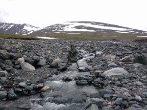 """Dvylikta diena. Einame per akmenis, pievas, miškatundrę ir tundrą; """"šūdbridžio"""" taip pat visiems pakako. Bet svarbiausia – VĖJAS! Ir vėl jos didenybė – Šiaurės Skandinavijos stichija!"""