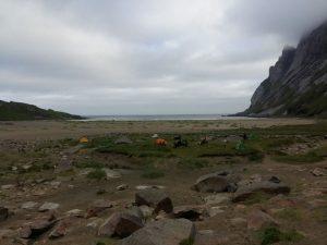 Palapinės ištirpsta didžiuliame paplūdimyje