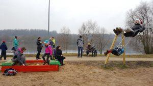 Pietūs spalvingoje vaikų žaidimų aikštelėje