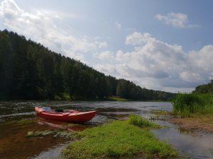 Poilsio akimirka ir upei, ir laivams.
