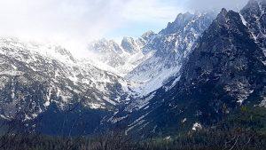 Kalnams gamta įjungia vis kitą apšvietimą