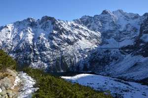 Pakeliui į pirmąją viršųnę vienas po kito atsiveria maži kalnų ežerėliai