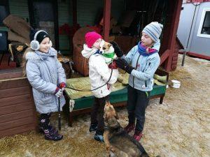 Dalybos buvo ilgos, bet ir vedžiotojai, ir šuniukai draugija liko patenkinti.