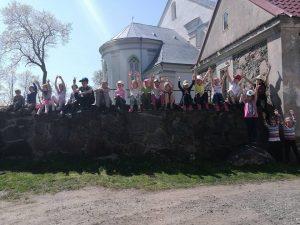 Mažieji žygeiviai ant Veliuonos bažnyčios tvoros