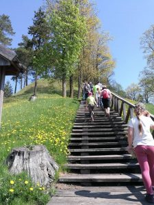 Lipame į Gedimino kapo kalną.