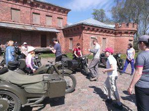 Siurprizas Nr 5. Prie Raudonės pilies sutikome 4 jaunus vyrus su puikiai suremontuotais senoviniais motociklais, keliaujančius per Lietuvą.
