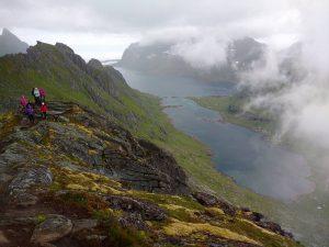 Devintoji diena. Tikslas – Brunakseltinden (513m.), arba Helvetestinden (603m.). Pastarojon įkopė tik vadas. Debesys vis atidengia horizontą, o ten – vaizdai, vaizdai, vaizdai…