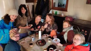 Gita ir Aušra vaišina gimtadienio tortu