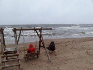 Jūra, supynės ir vyrai.