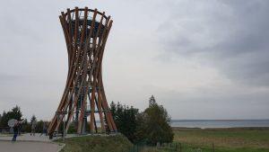 Susuktą nendrės pėdą primenantis Metelių apžvalgos bokštas